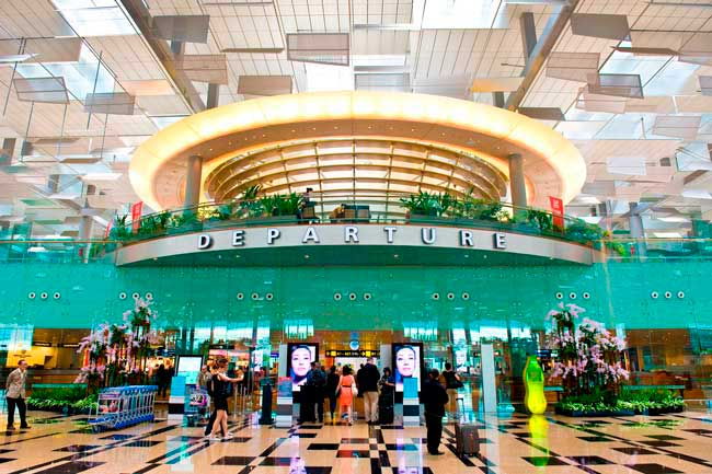 Changi Airport features by its modern and artistic facilities which easily combines usability, comfort delight for your senses.